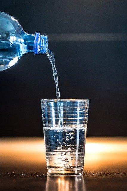 Verre d'eau et bouteille. rebellissime. faire une sèche
