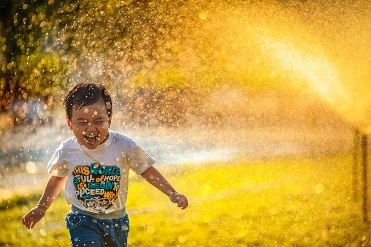 Enfant joyeux courant