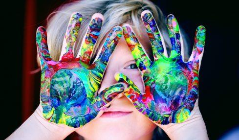 enfant avec les mains peintes