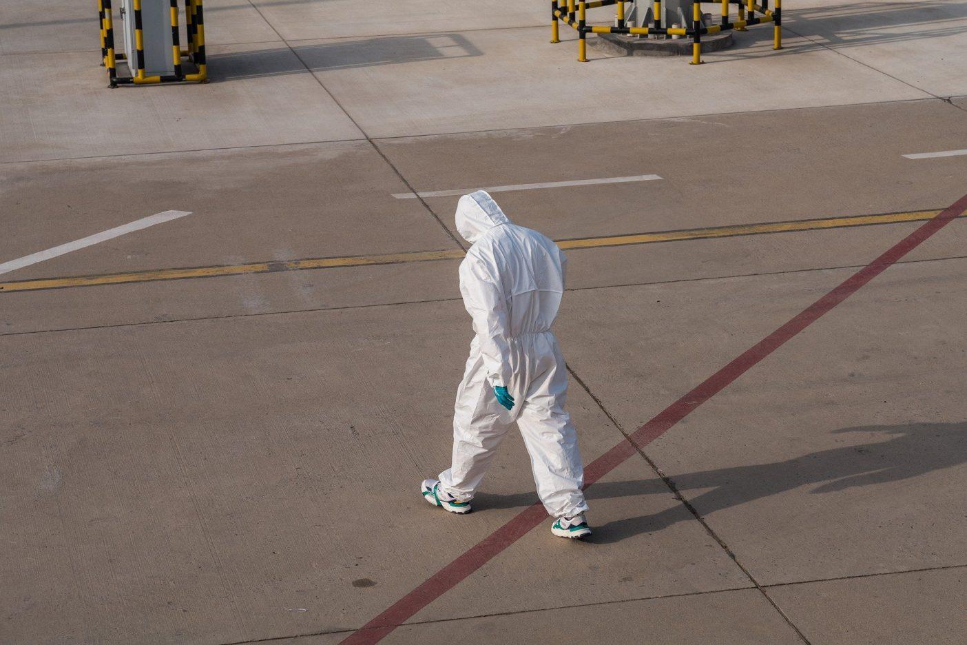Personne en combinaison anti contamination